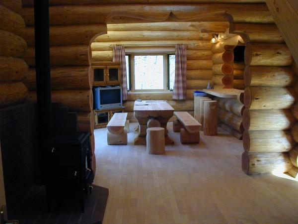 玄関ホールからリビングを見る。メインテーブルも丸太で製作