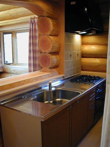 キッチンの間のカウンターは丸太。