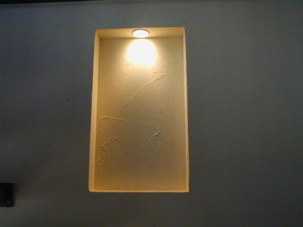 階段の壁にお客様のリクエスト、照明付ニッチを製作。壁は珪藻土塗り。