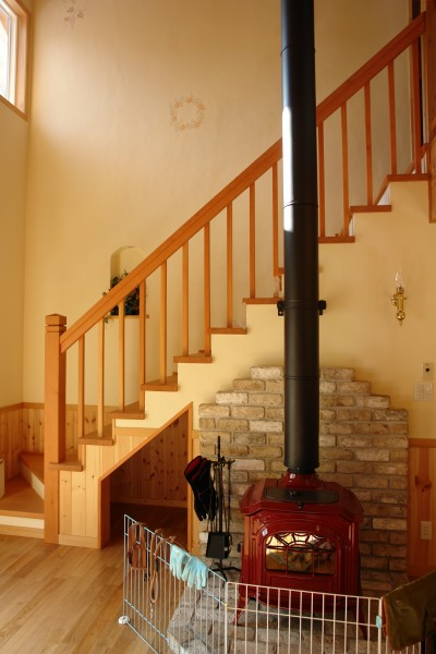 ふんわりと暖かい薪ストーブ。レンガ積みはお客様施工