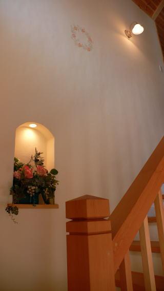 お客様が描かれたステンシル(上部)とお花が飾られたニッチ。