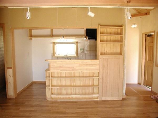 ブレイスの職人が丹精込めて造った飾り棚。