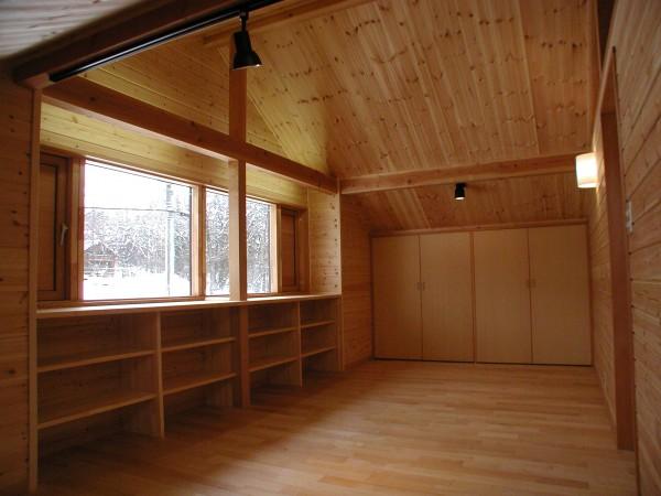 ロフトはパイン板張り窓を出窓風にして下は棚に。