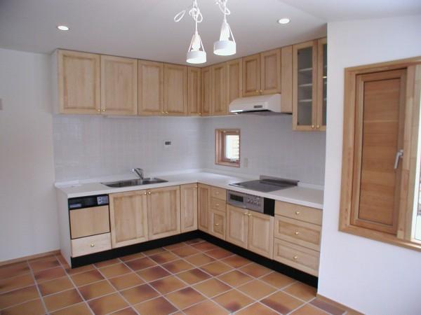 床暖房にタイル仕上げのダイニングキッチン。