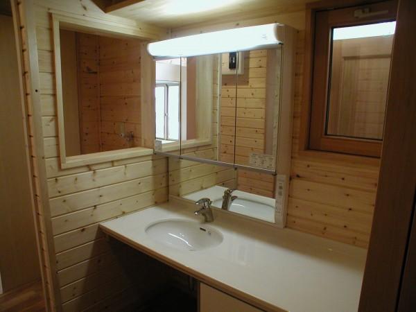 板張りの洗面所。