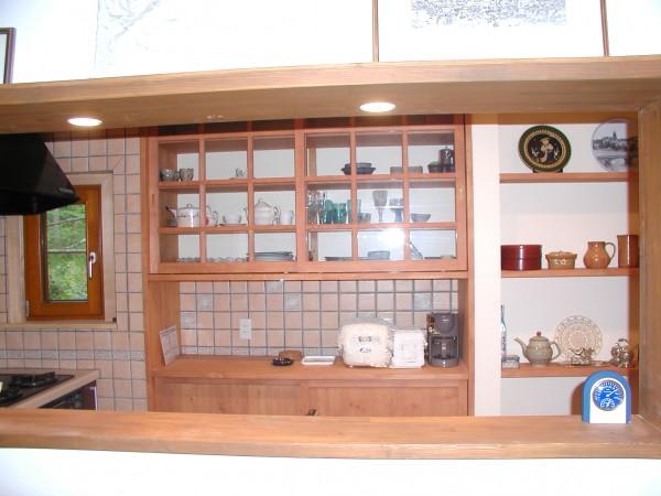 キッチンには食器棚と飾り棚を作成。